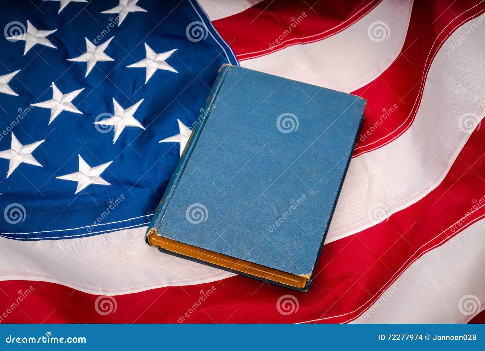 Download Винтажная книга на американском флаге Стоковое Фото - изображение насчитывающей четвертое, paperback: 72277974