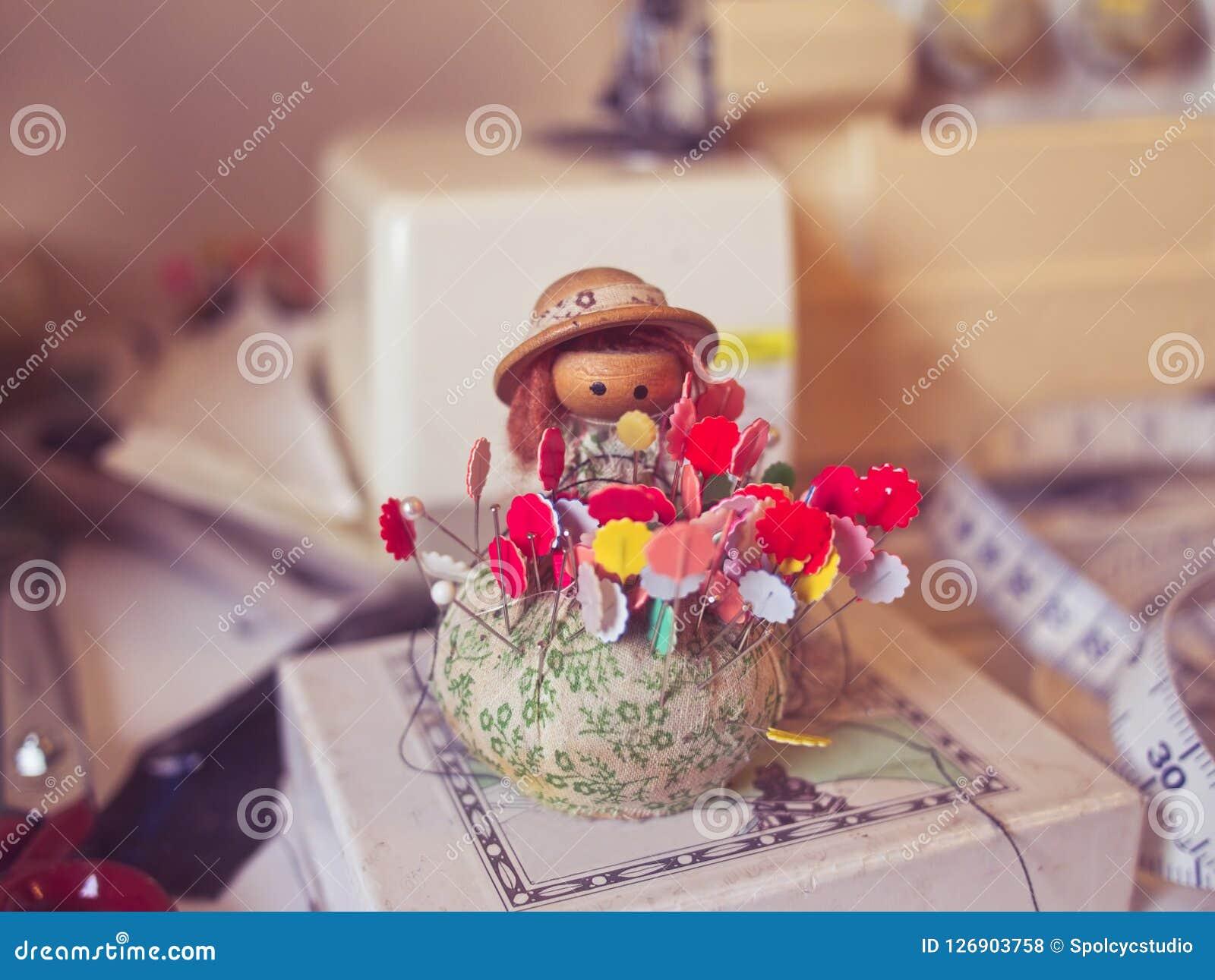 Винтажная кукла pincushion с красочными иглами