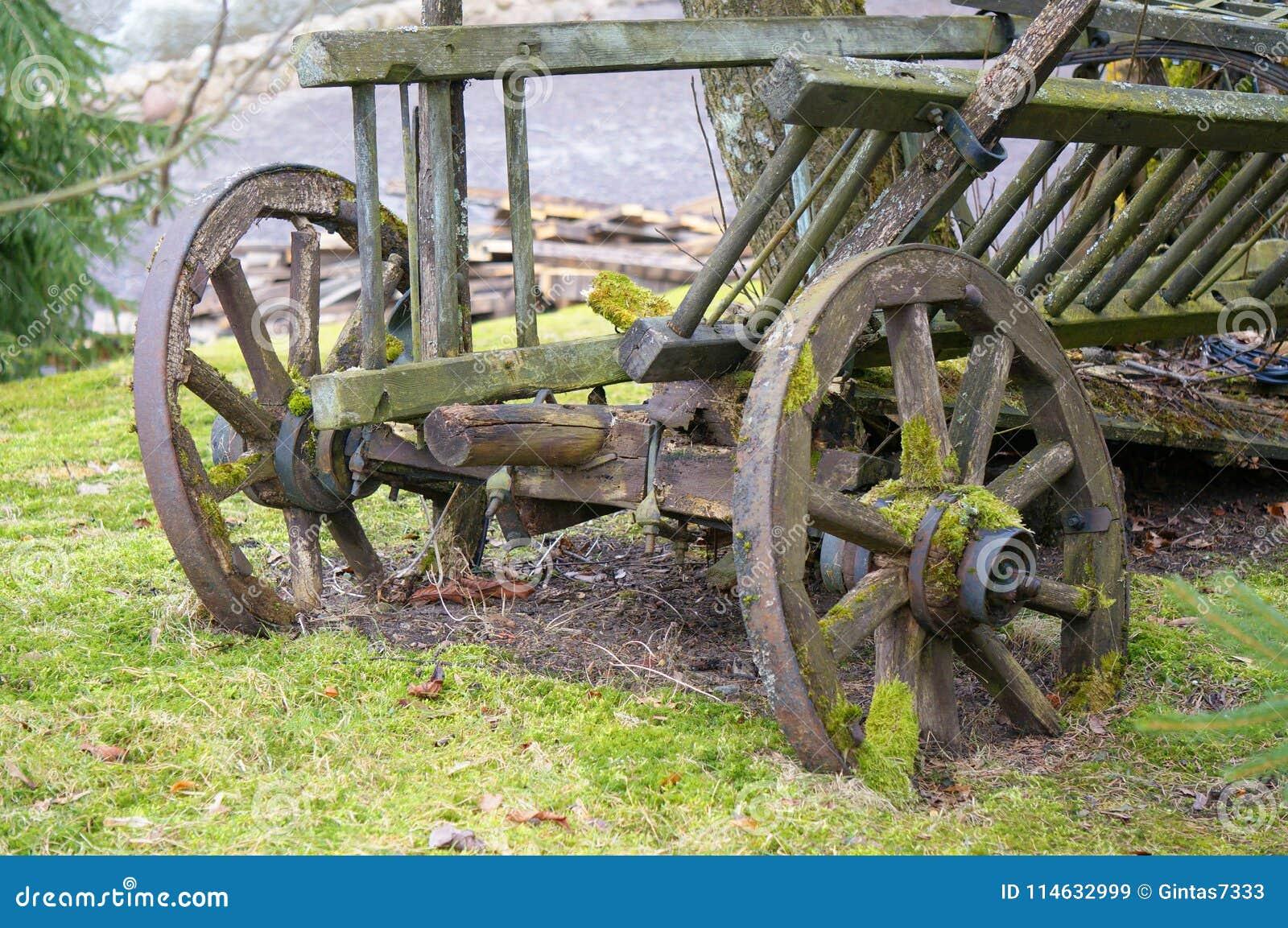 Винтажная тележка повреждено античный переход Ретро тележка стоя на лужайке Dray в траве старо