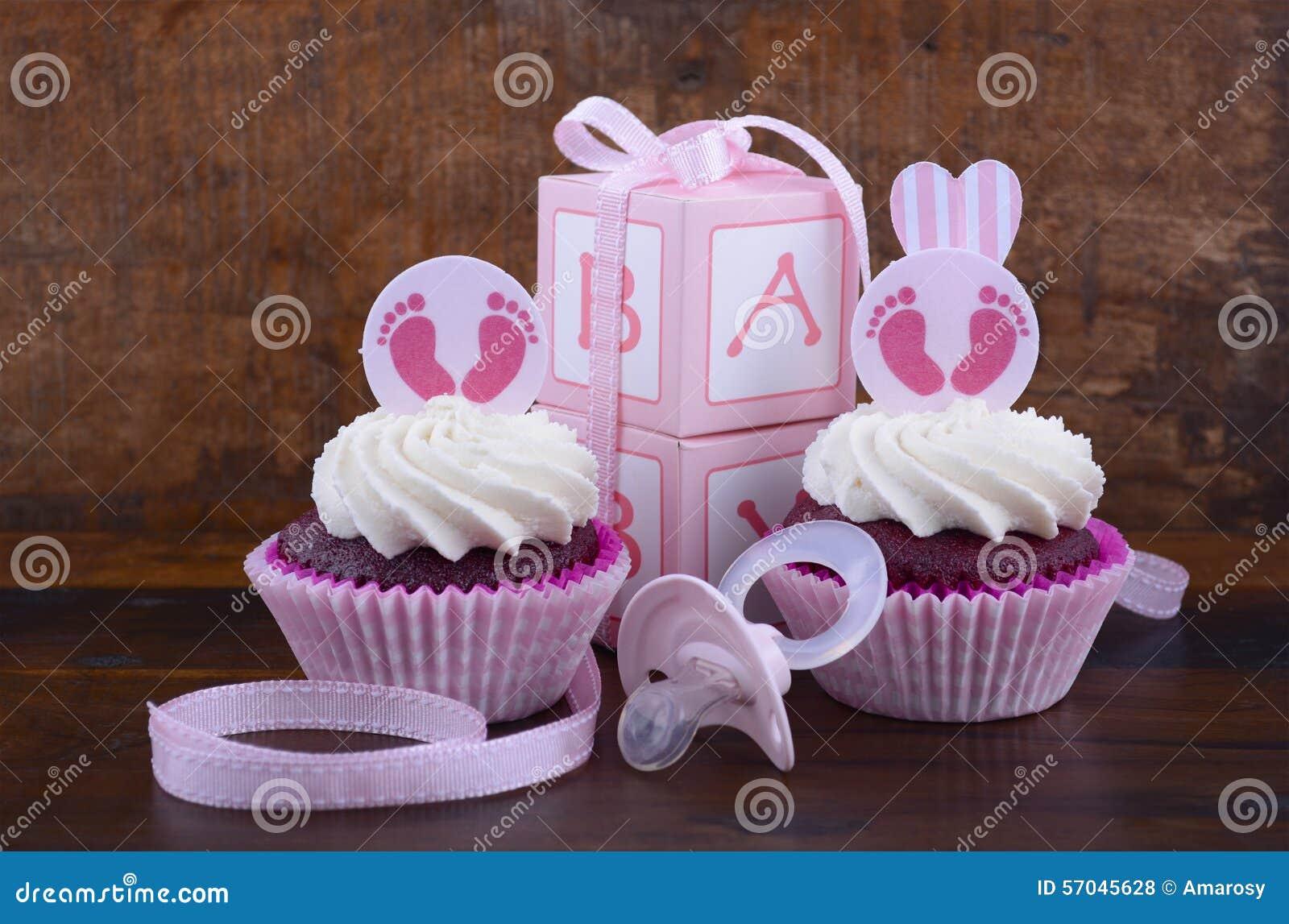 Винтажное пирожное и подарочная коробка детского душа стиля