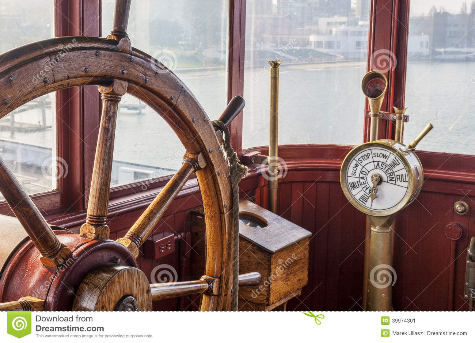 Винтажное рулевое колесо корабля