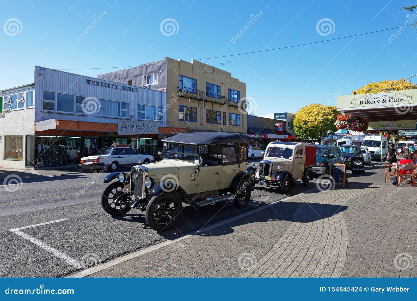 Винтажное шоу автомобиля в главной улице Motueka перед музеем