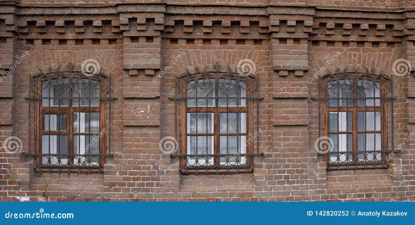 Винтажное Windows в доме кирпича