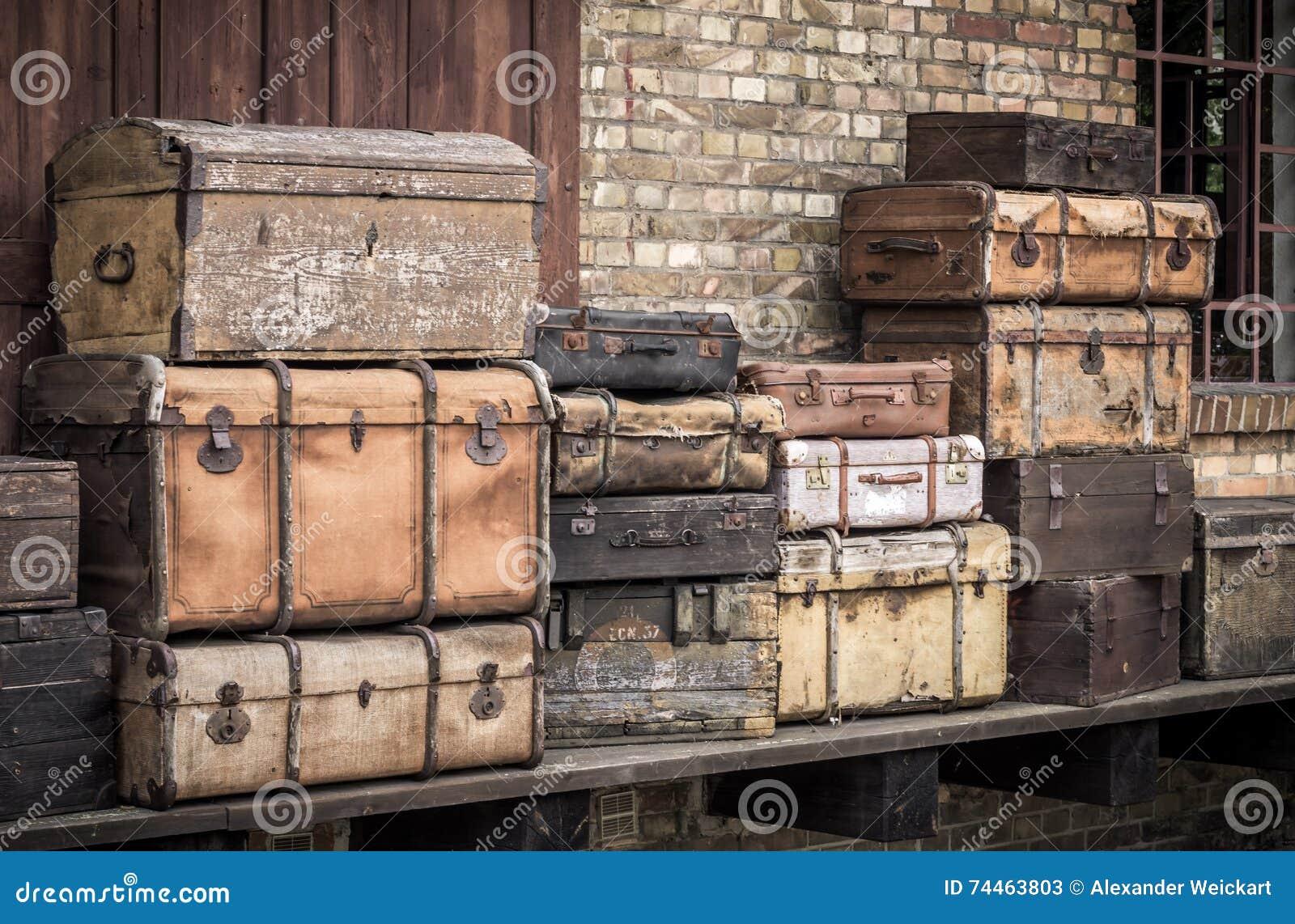 Винтажные кожаные чемоданы штабелировали вертикально - Spreewald, Германию