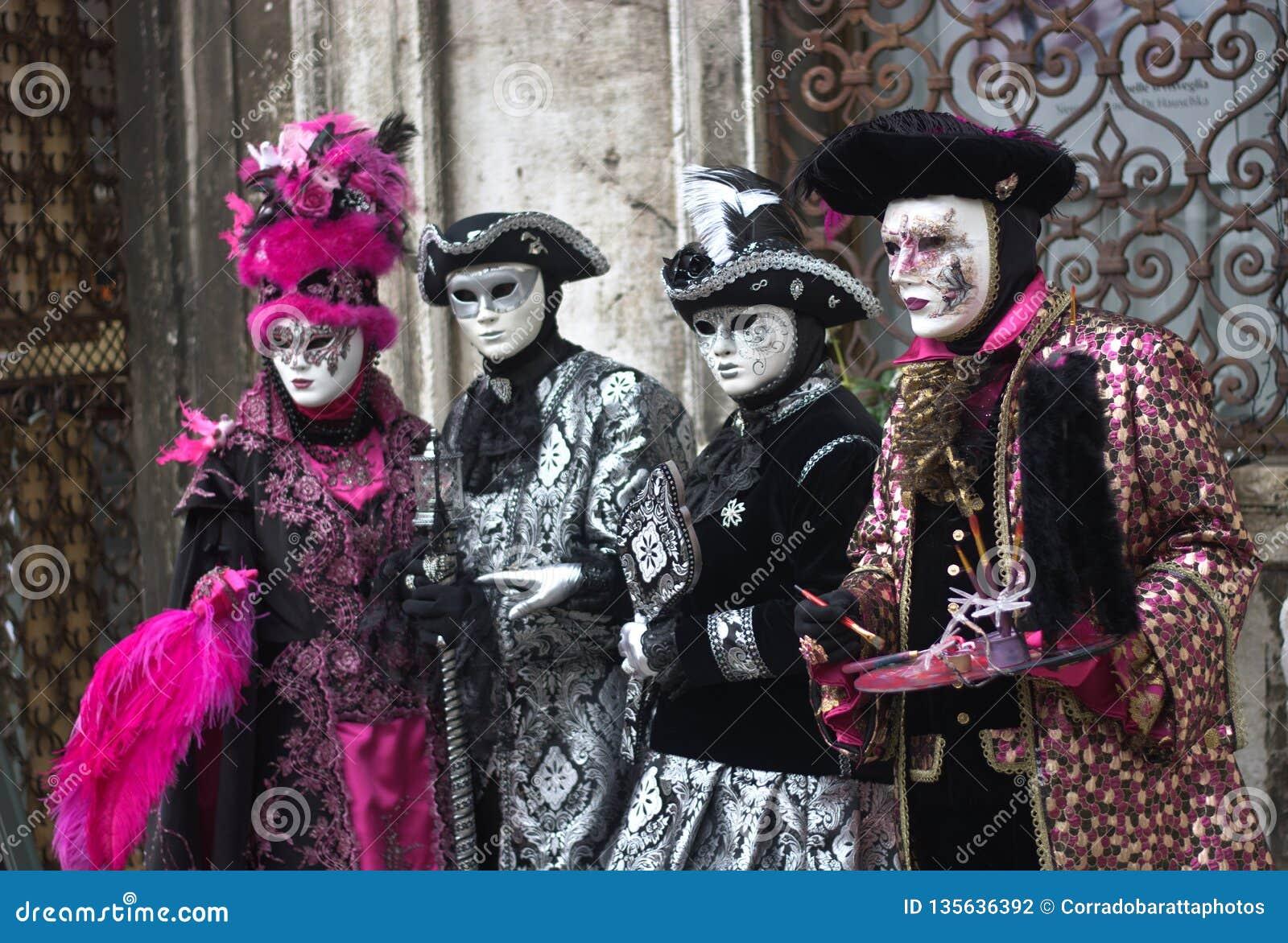 Винтажные костюмы для масленицы Сан Marco в Венеции
