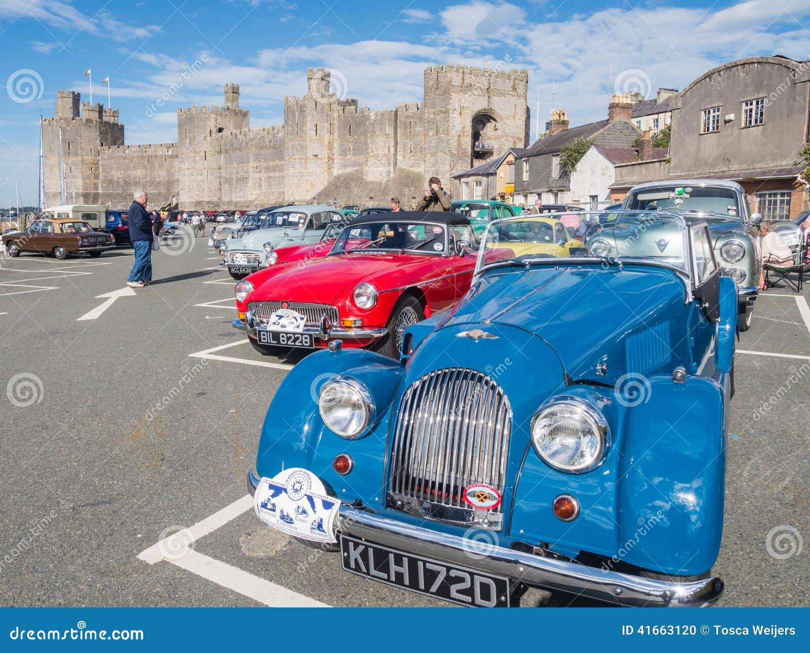 Винтажные классические автомобили принимать след бегут в северном Уэльсе