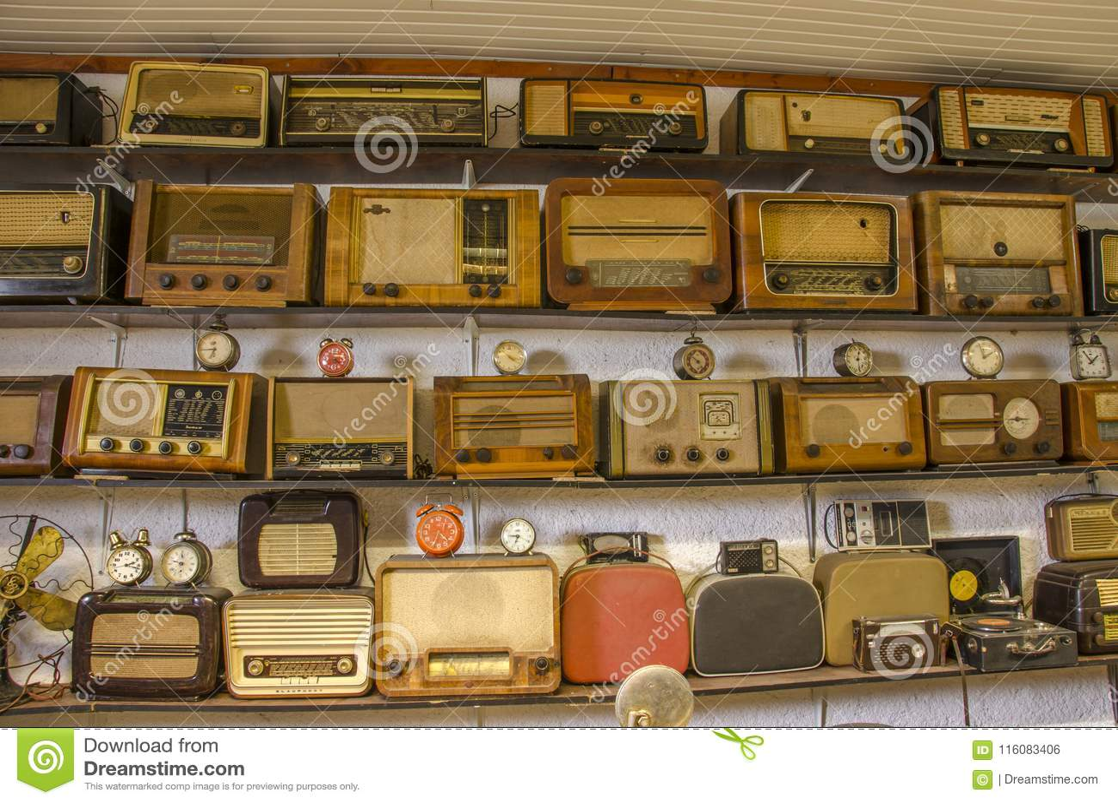 Винтажные радио и часы