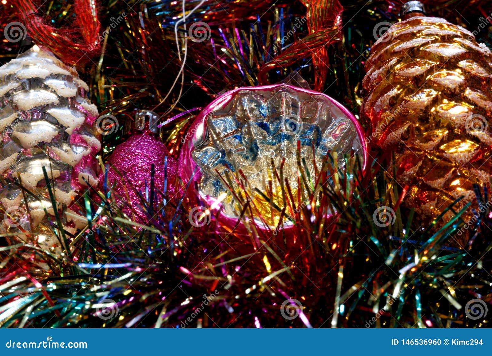 Винтажные украшения рождественской елки на кровати яркого блеска