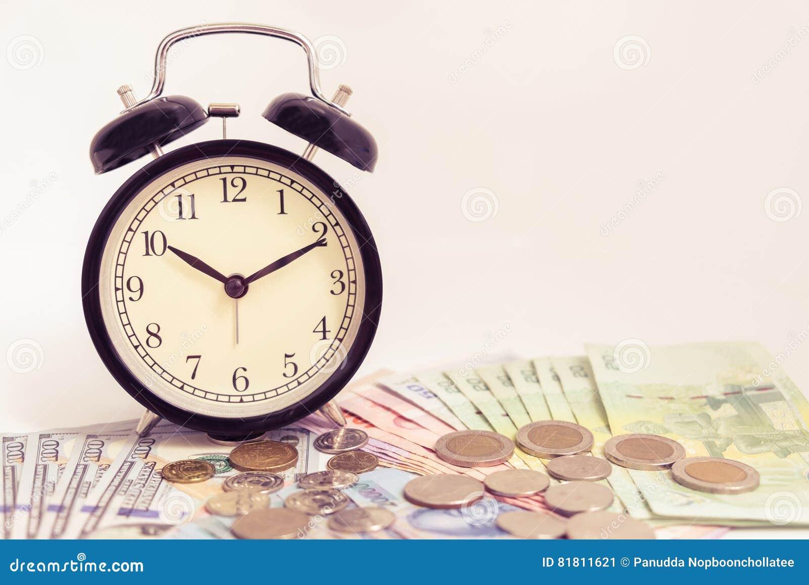 Винтажные часы на наличных деньгах денег доллара