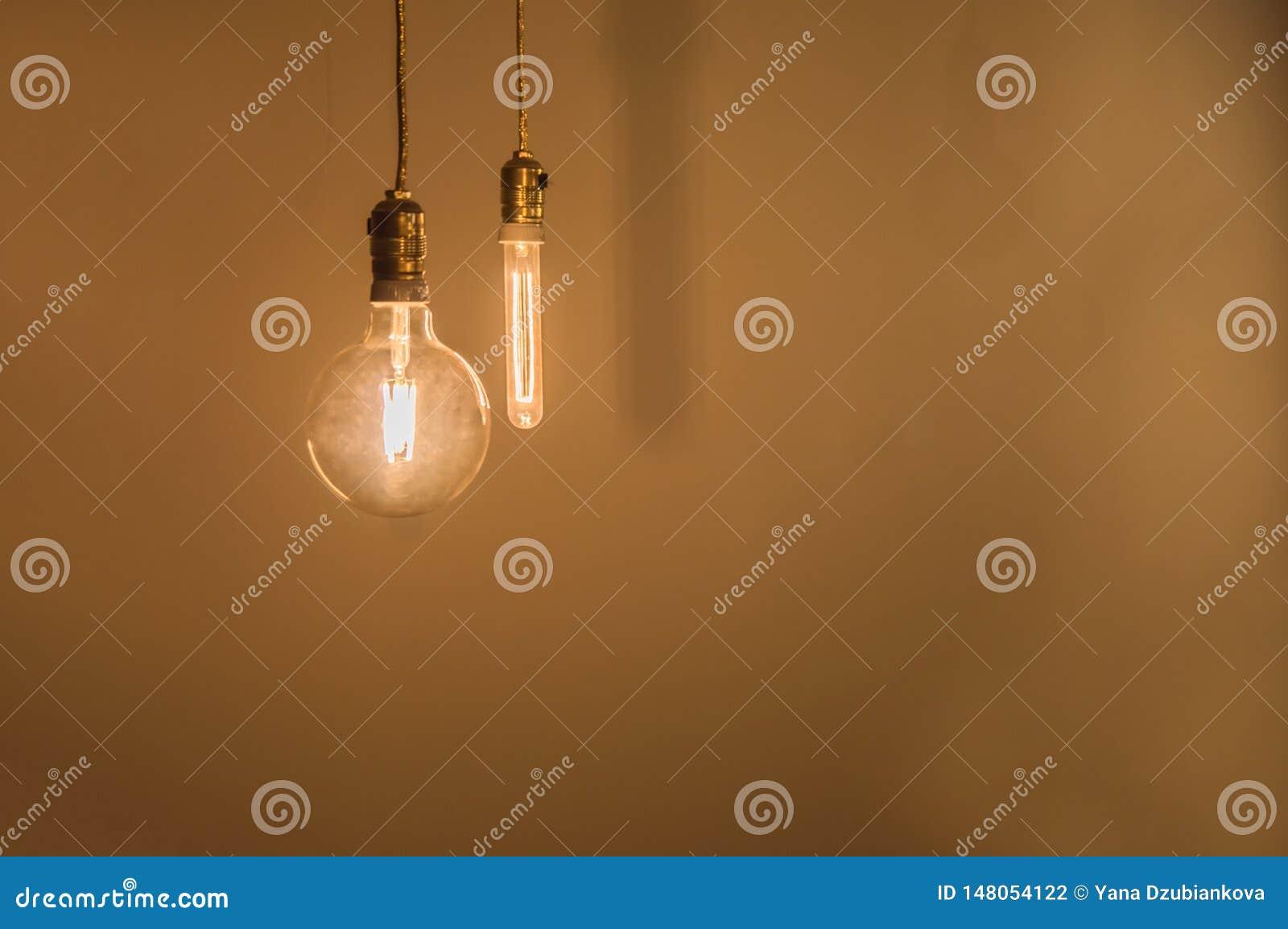 Винтажные электрические лампочки освещают комнату