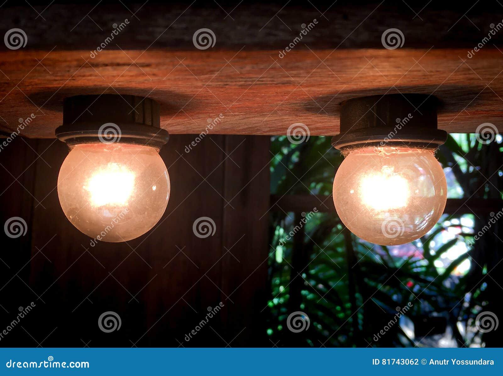 Винтажные электрические лампочки на деревянном потолке