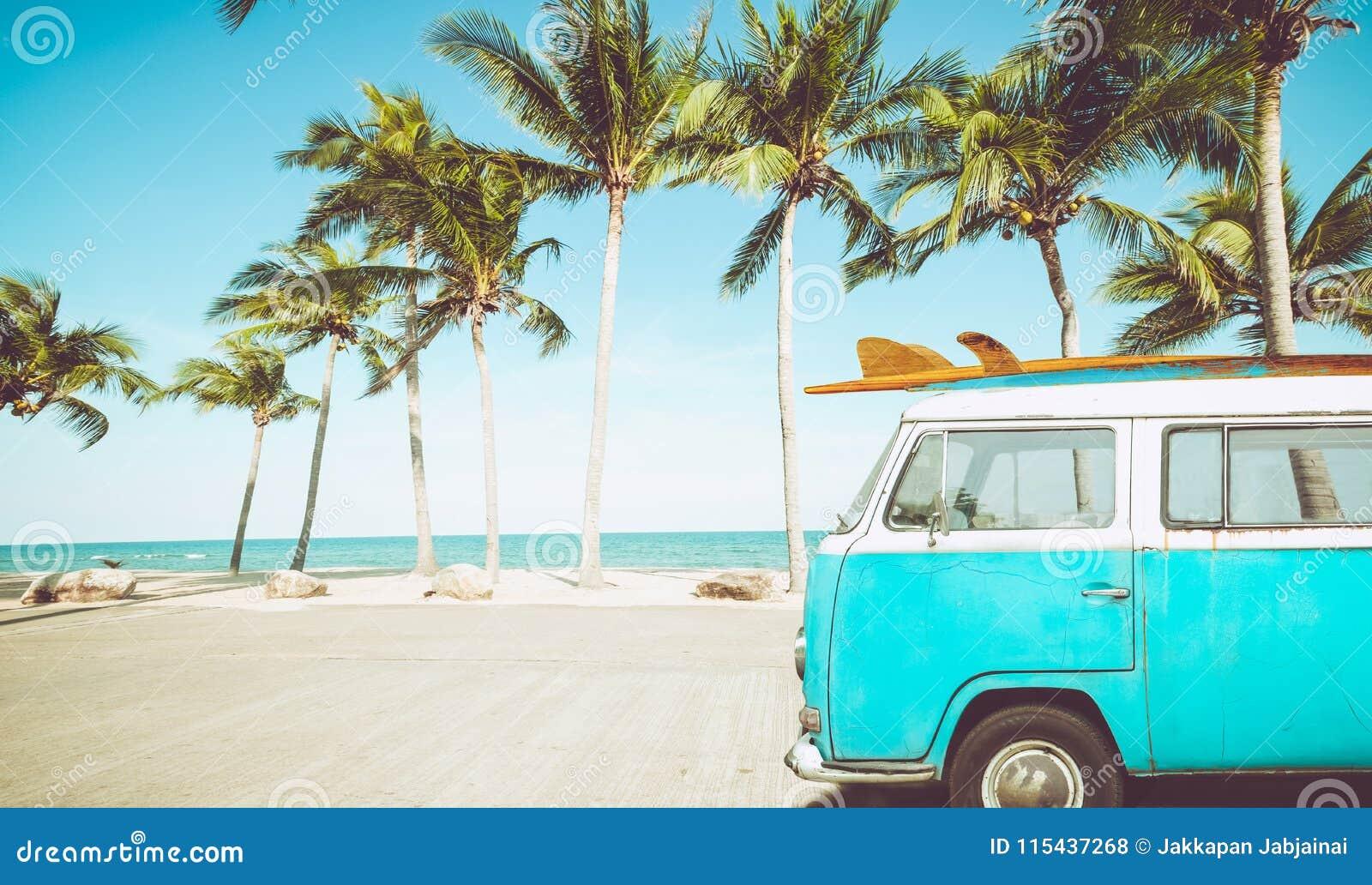 Винтажный автомобиль припаркованный на тропическом пляже