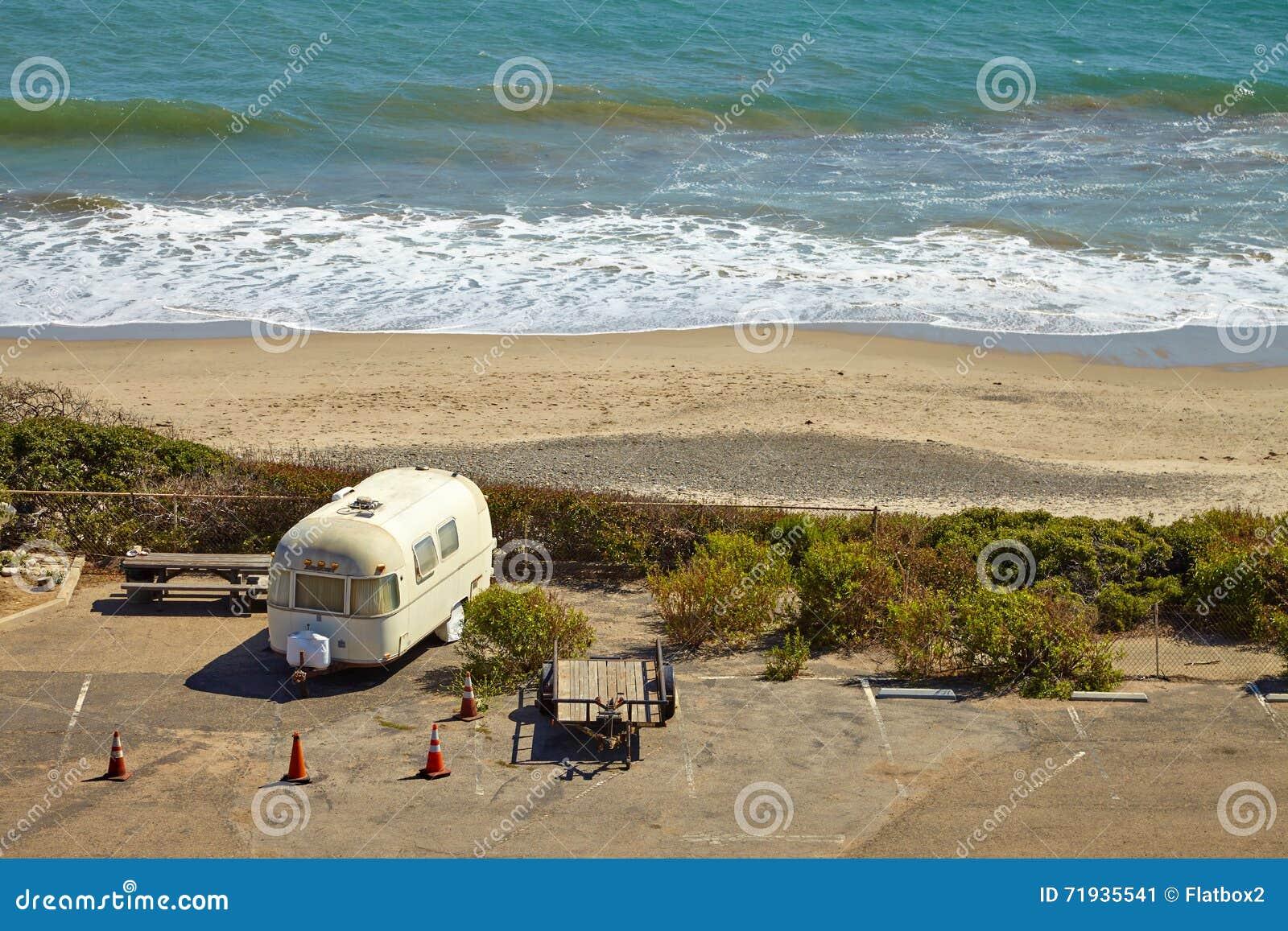 Винтажный американский передвижной дом на месте для лагеря