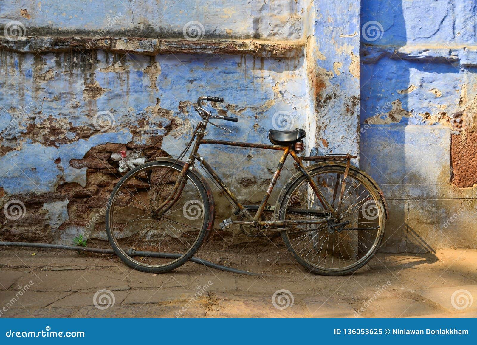 Винтажный велосипед с старой кирпичной стеной