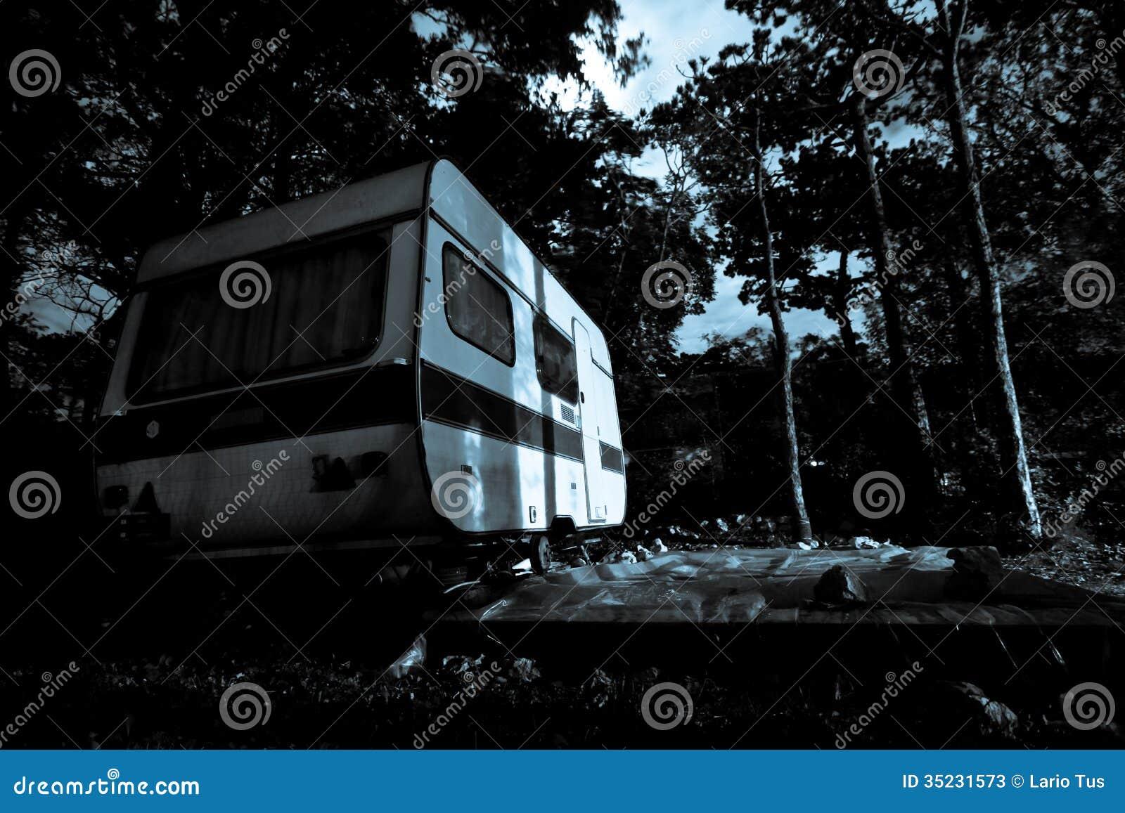Винтажный жилой фургон - предпосылка для сцены ужаса