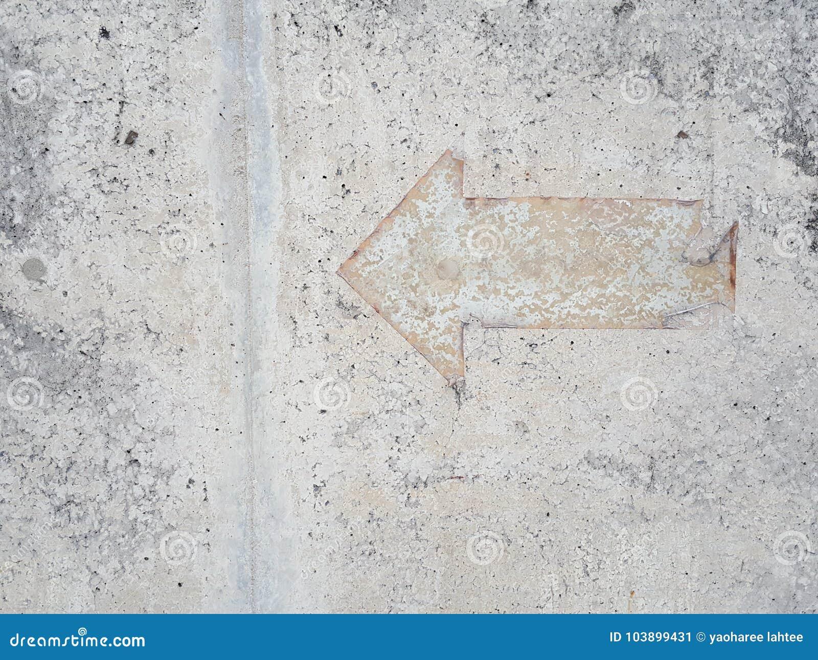 Винтажный знак стрелки на поле миномета