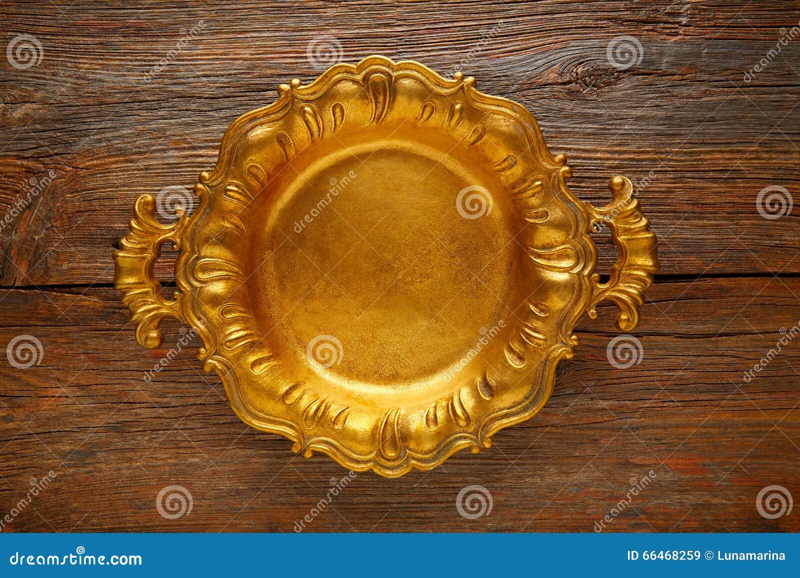 Винтажный золотой поднос круглый на постаретой коричневой древесине