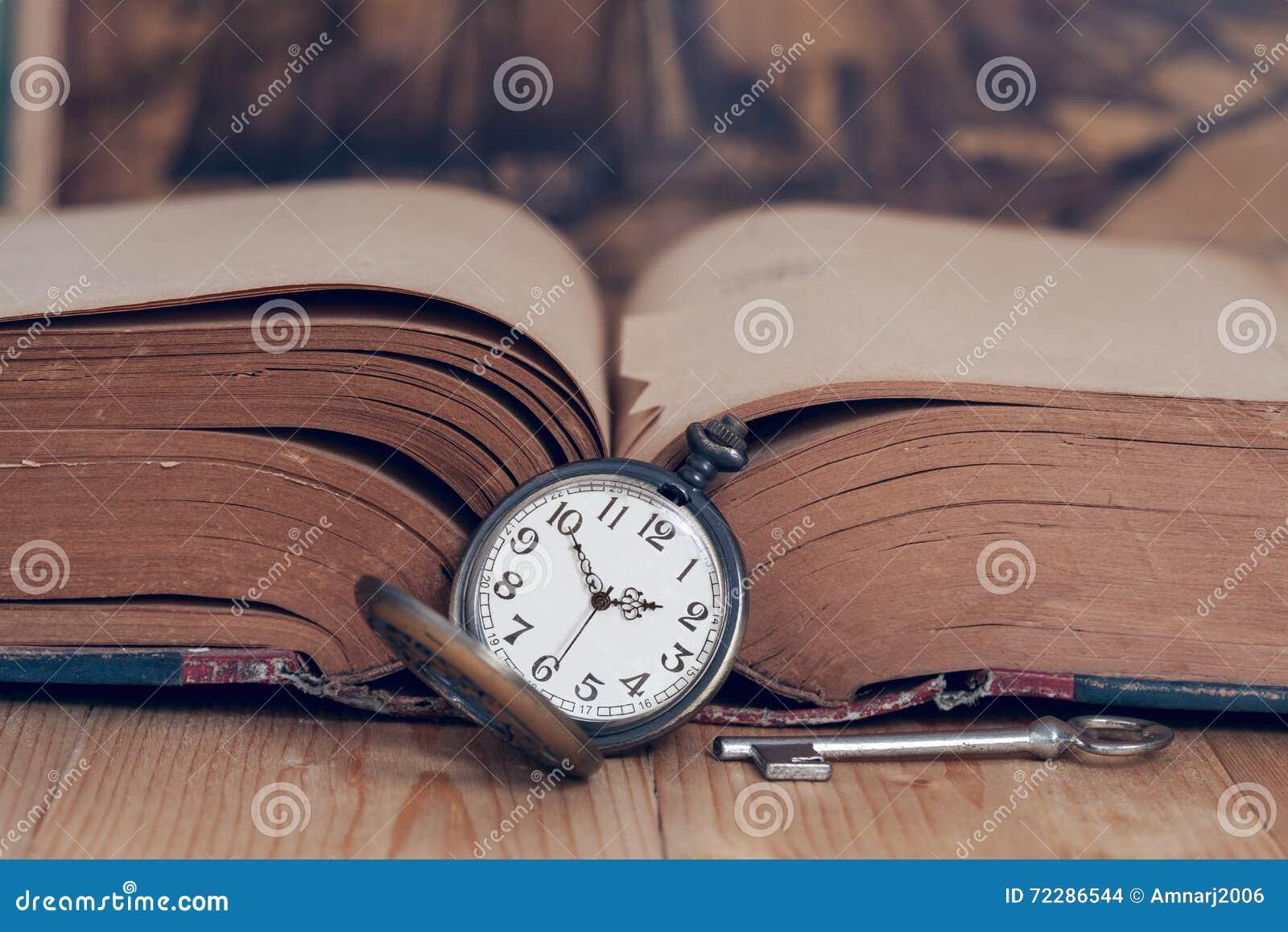 Download Винтажный карманный вахта на книгах Стоковое Фото - изображение насчитывающей время, песок: 72286544