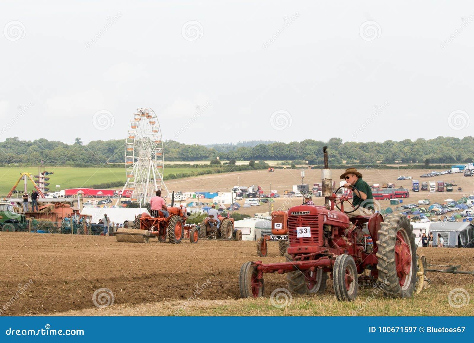 Винтажный красный пахать трактора farmall