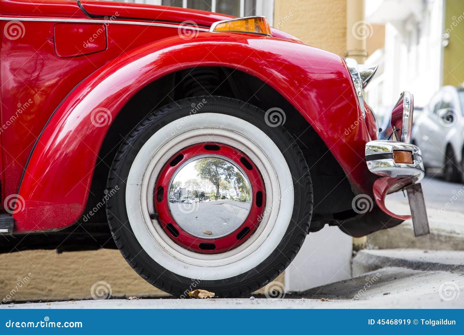 Винтажный классический старый крупный план взгляда со стороны автомобиля VW Beatle