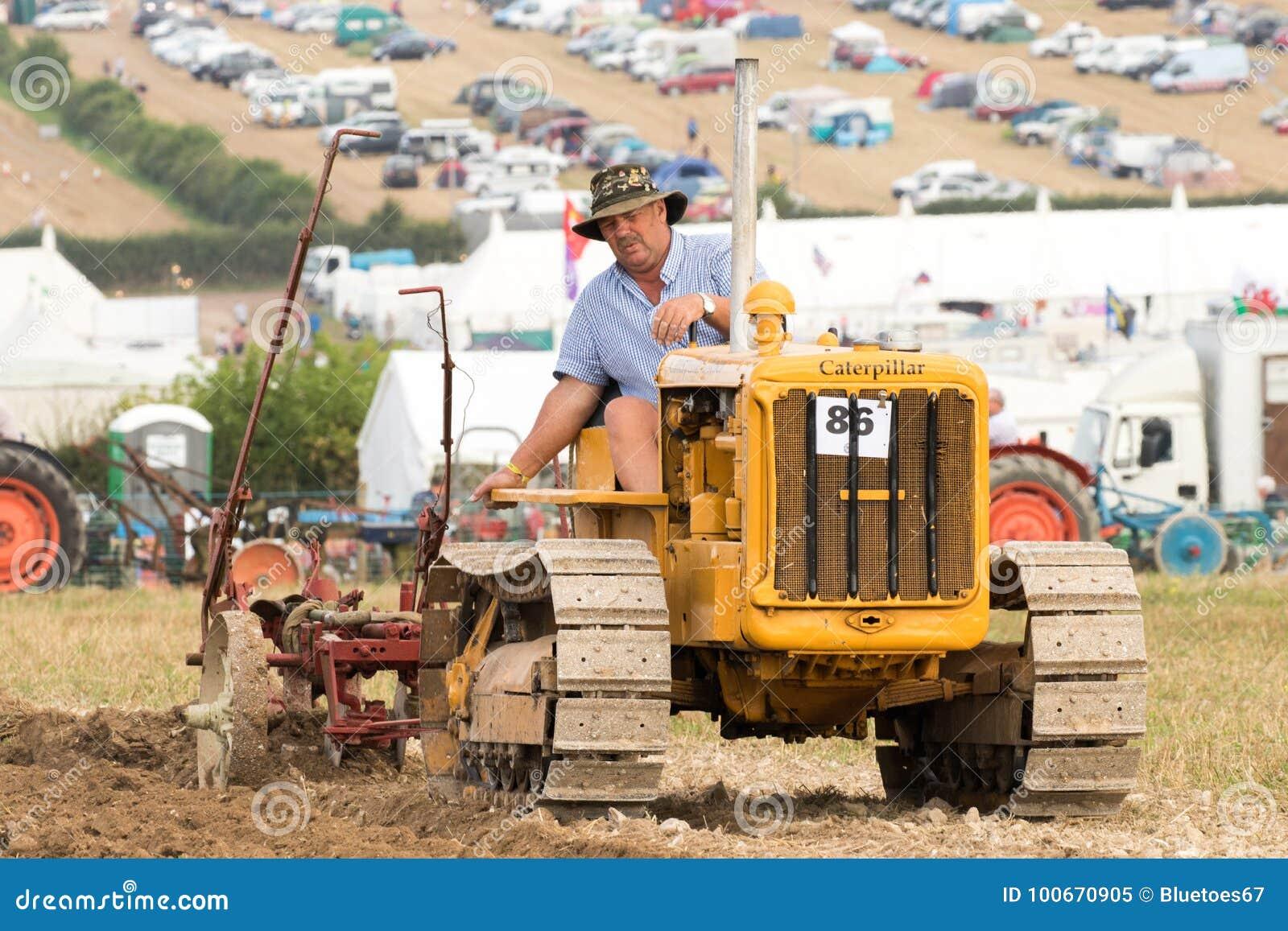 Винтажный пахать гусеничного трактора