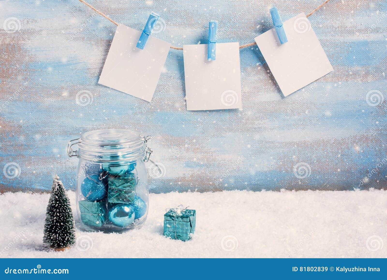 Винтажный состав рождества: украшения, дерево, подарок и фото