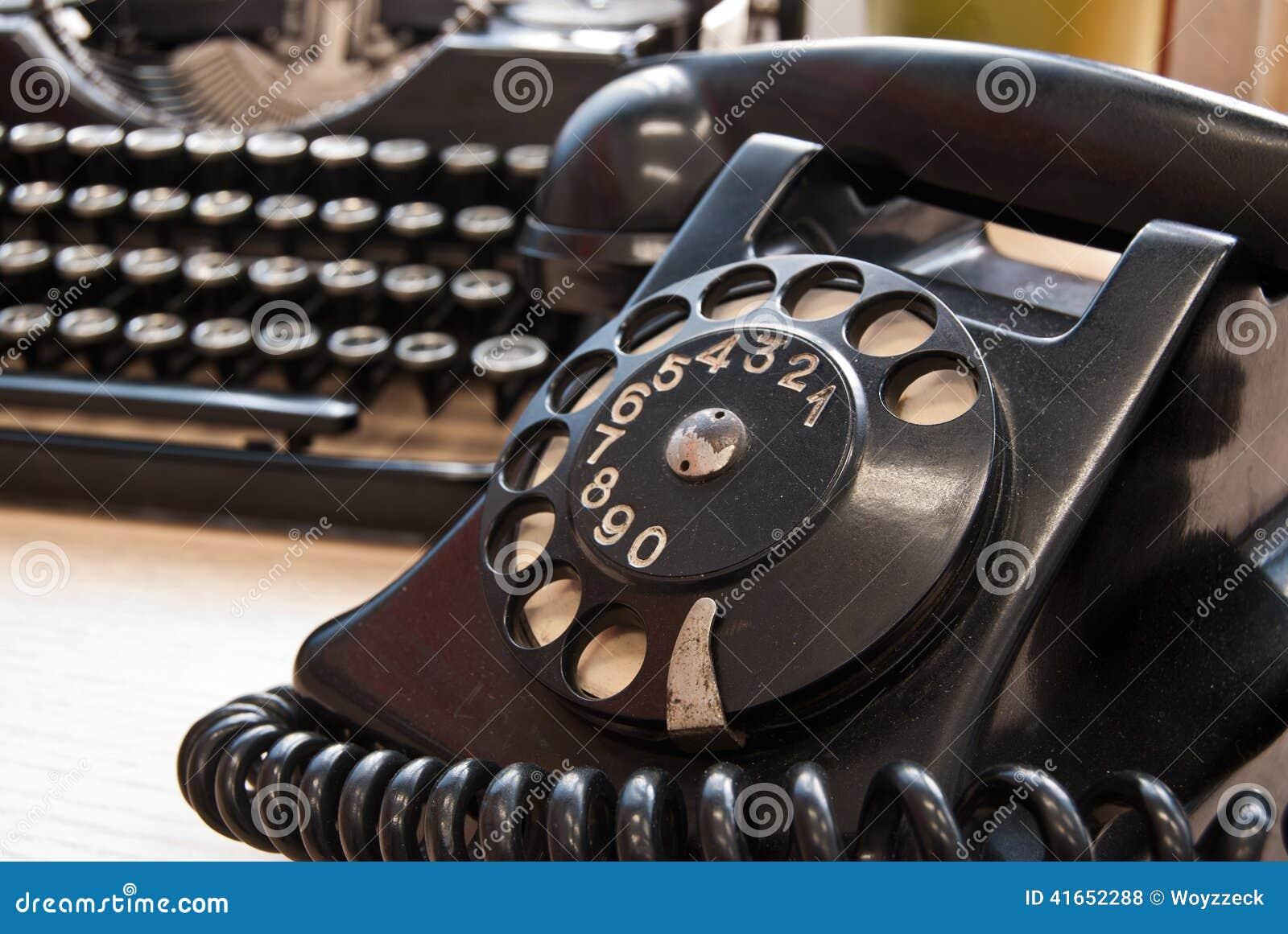 Винтажный телефон и машинка