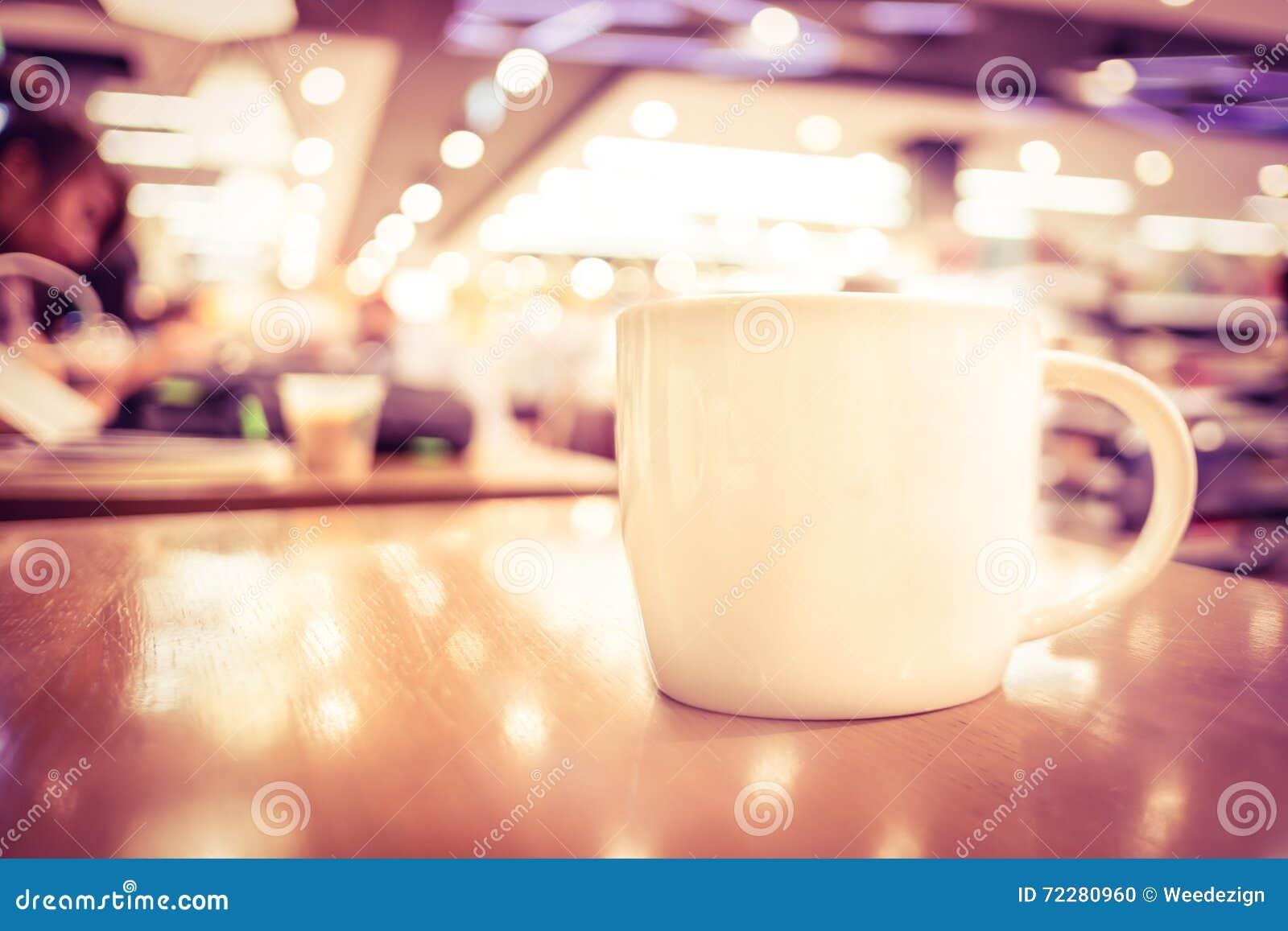 Download Винтажный фильтр, белая кофейная чашка на деревянной таблице с запачканным кафем Стоковое Фото - изображение насчитывающей кофеин, меню: 72280960