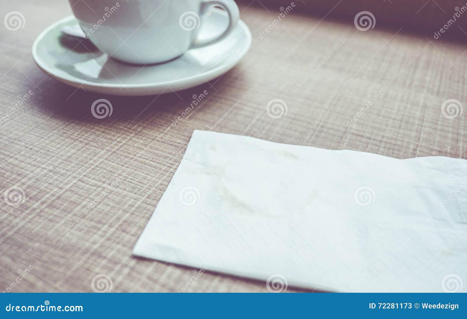 Download Винтажный фильтр: Салфетка с пятном кофе на деревянной таблице Стоковое Изображение - изображение насчитывающей напитка, уговариваний: 72281173