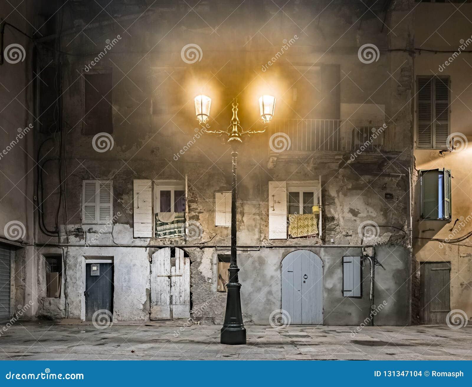 Винтажный фонарик против старой стены в Европе