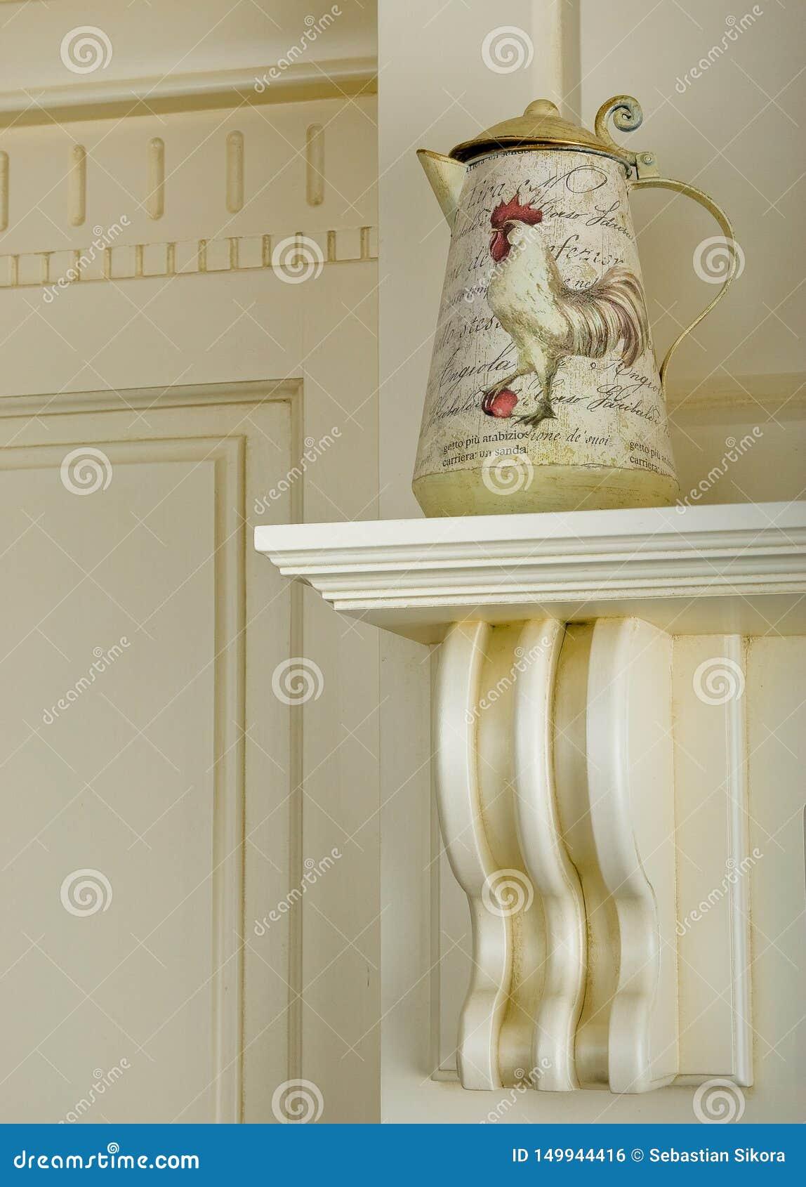 Винтажный чайник металла с картиной петуха Картина акварели руки вычерченная на белой предпосылке