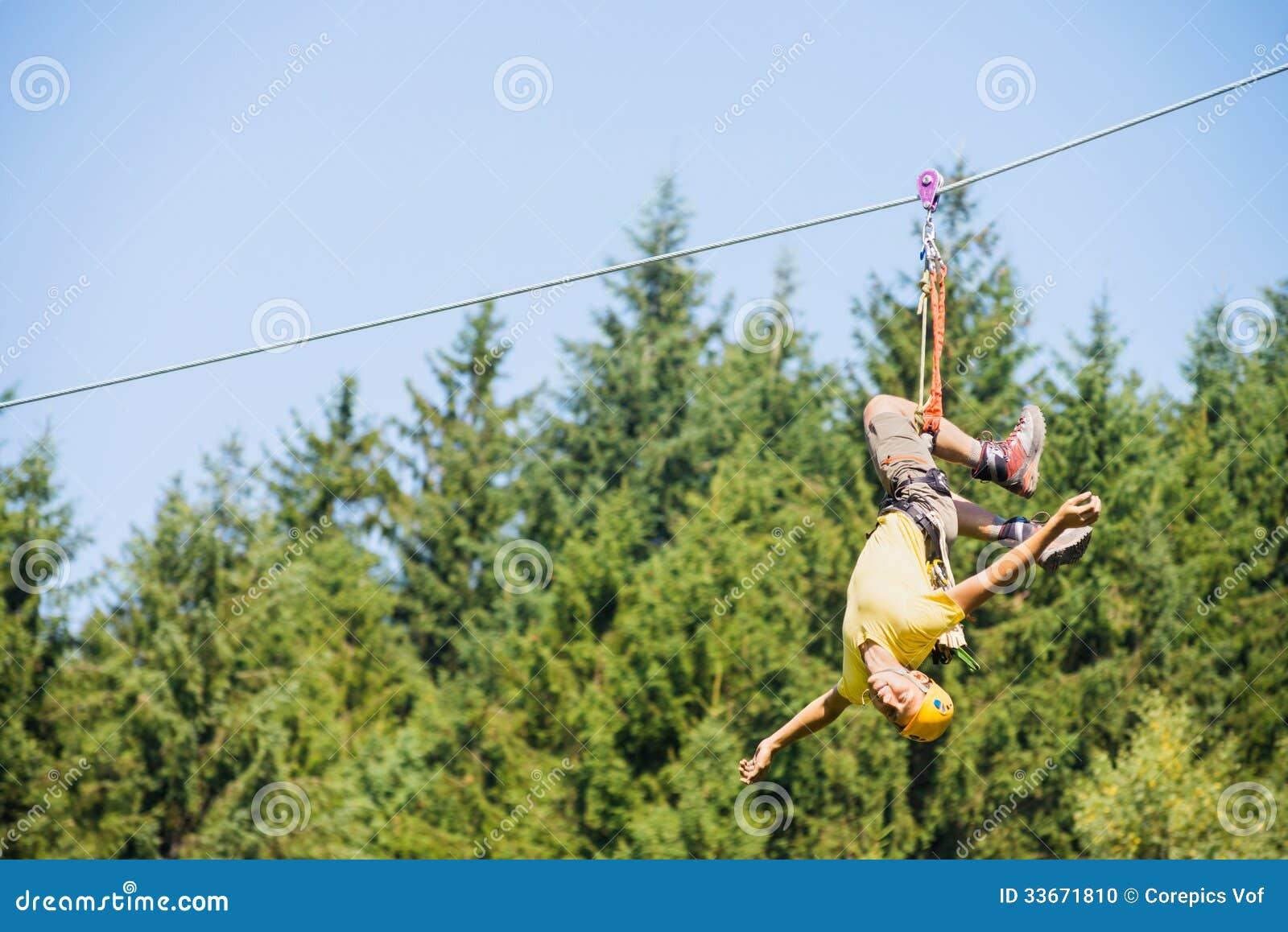 Висеть человека вверх ногами на линии застежка-молнии