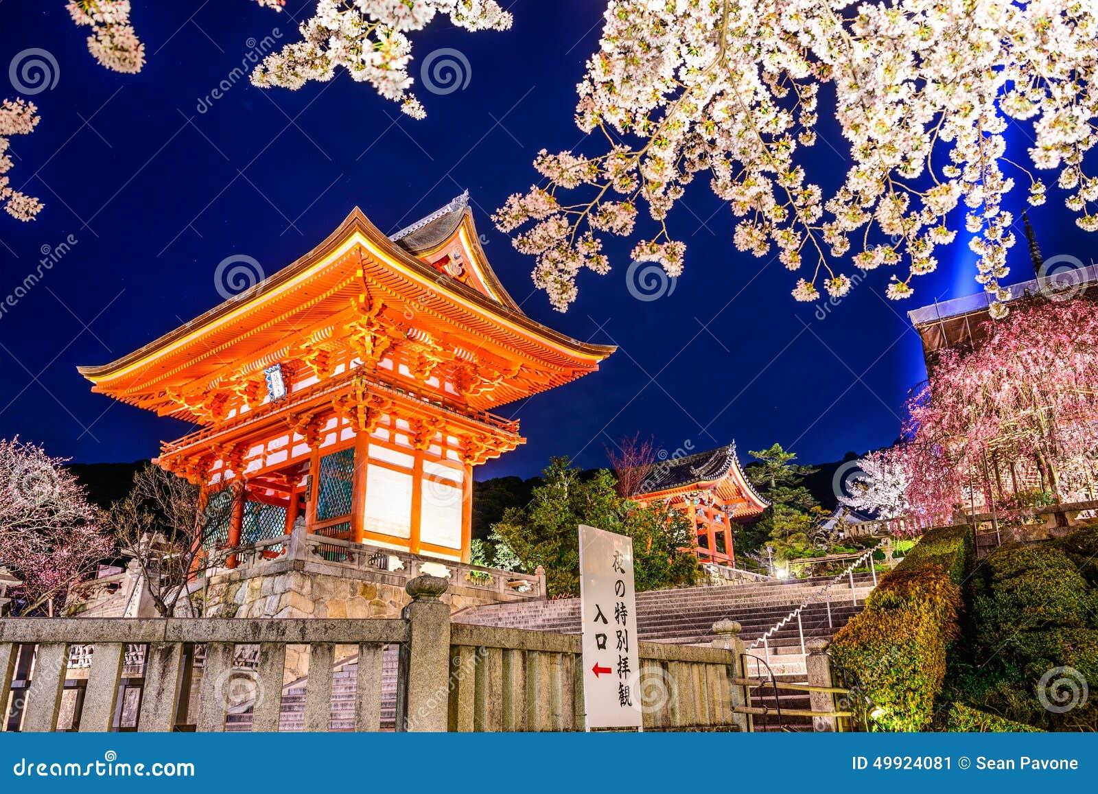 Висок Киото на ноче весной
