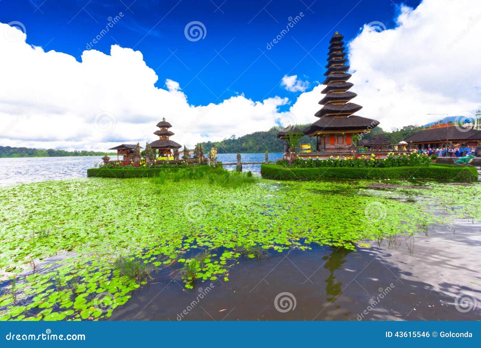 Висок Pura Ulun Danu на озере Beratan Бали, Индонезия