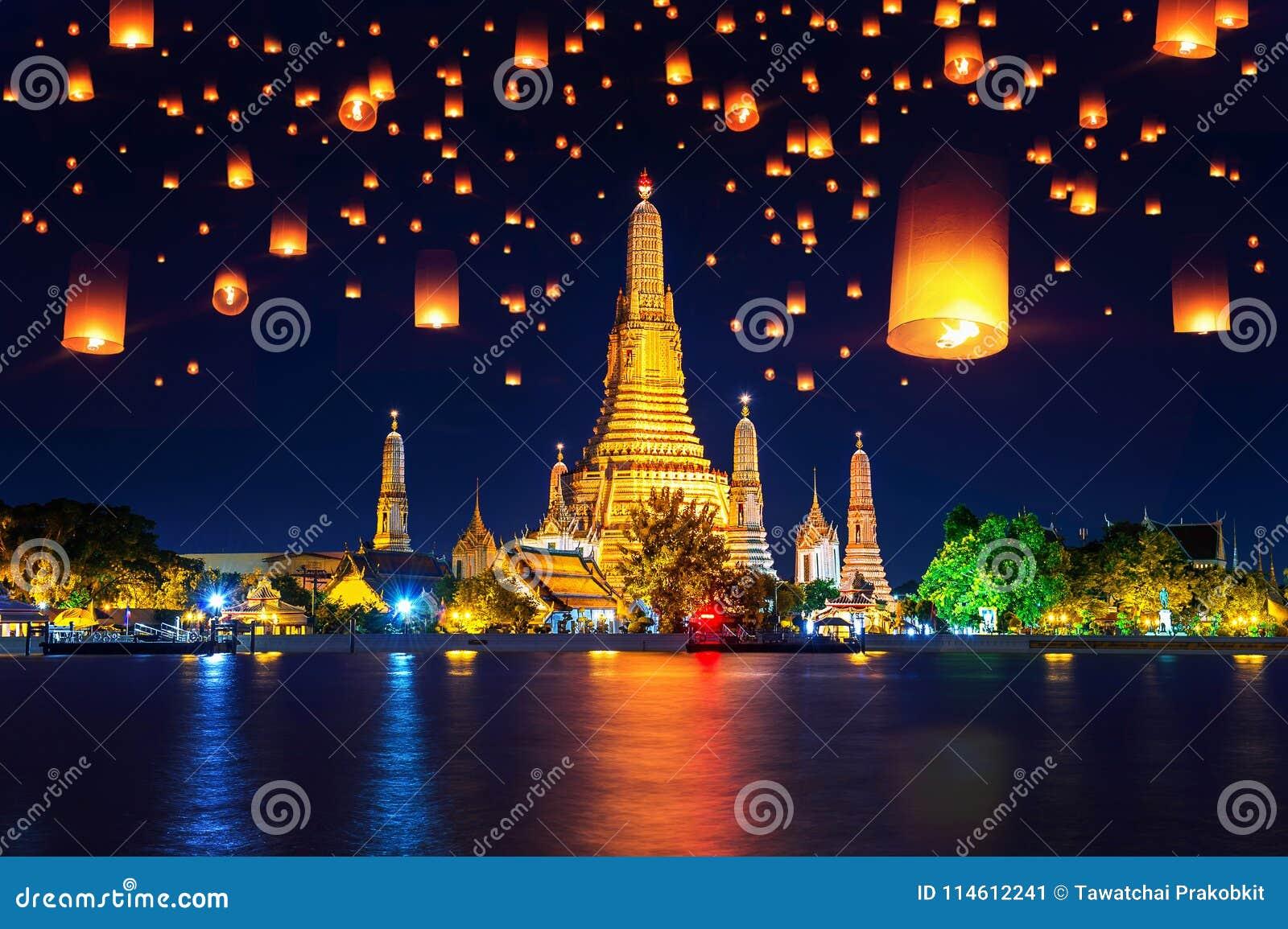 Висок Wat Arun и плавая фонарик в Бангкоке, Таиланде
