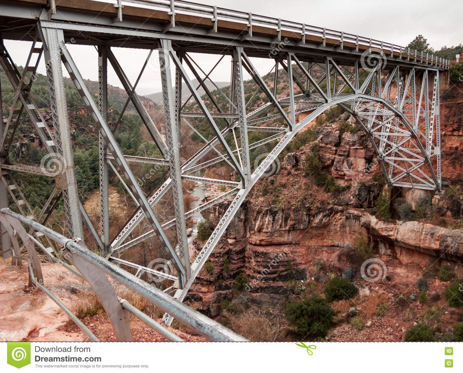 Висячий мост над красными утесами
