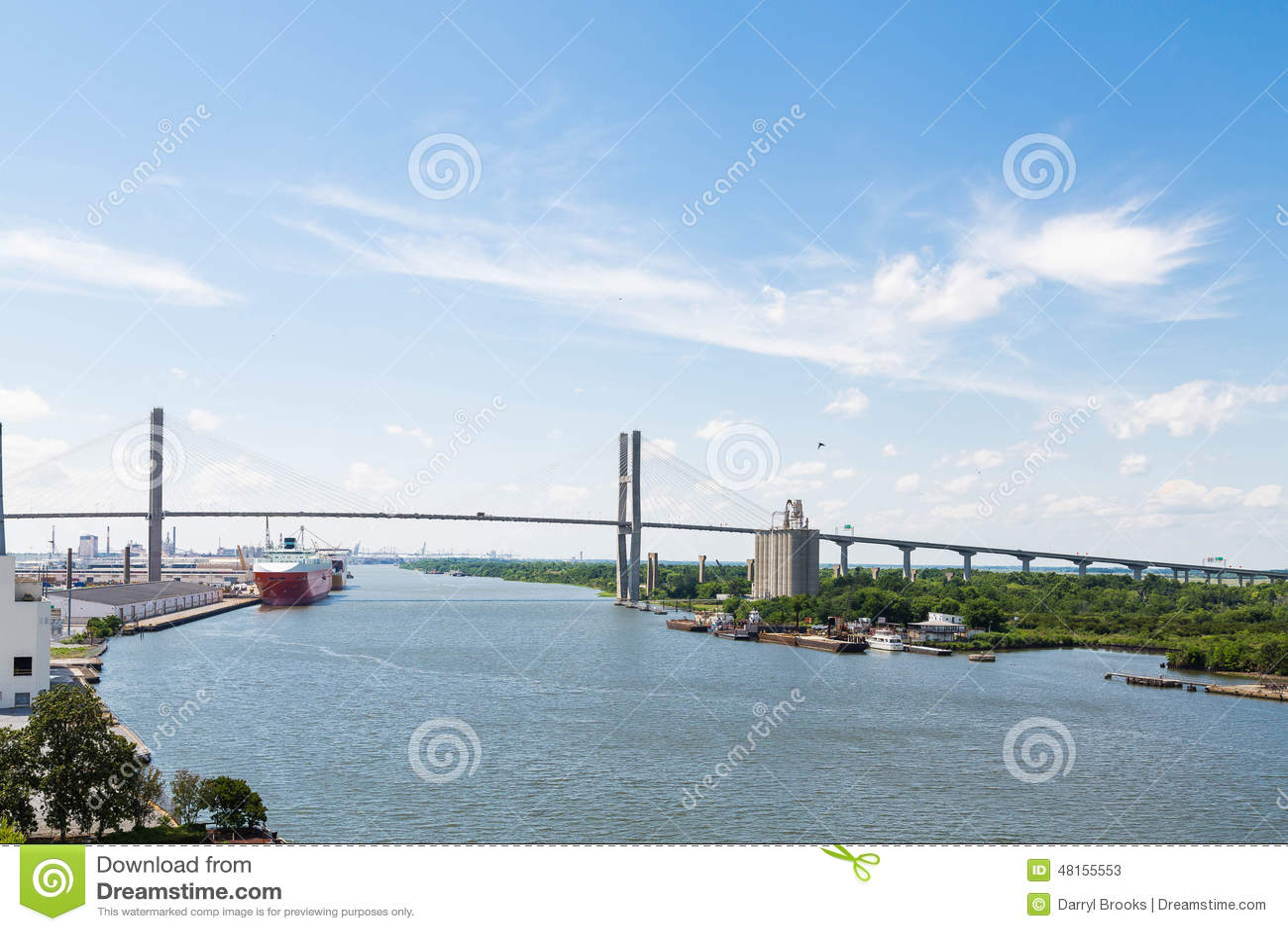 Висячий мост над портом доставки