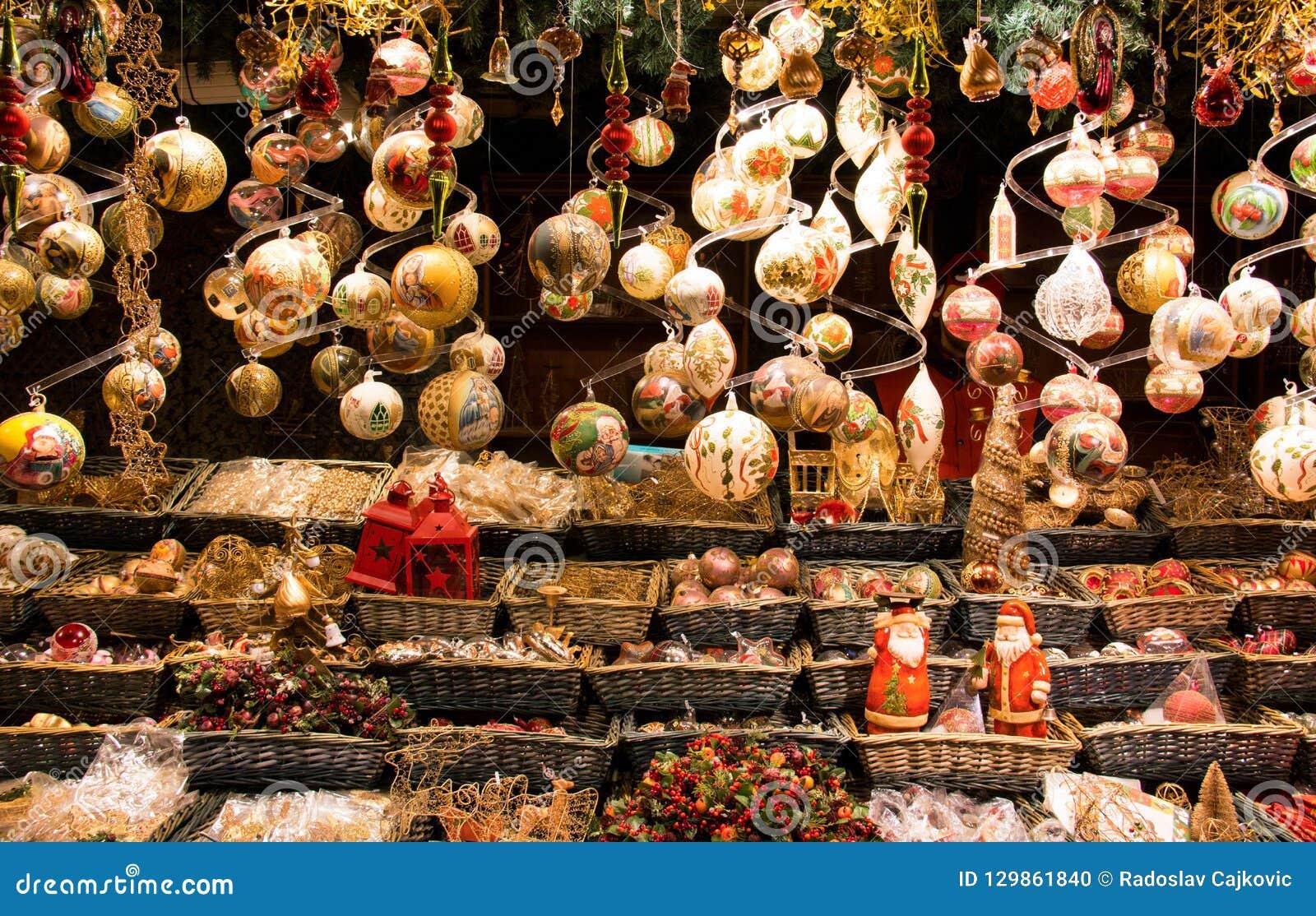 Вися поводы окна дисплея украшений шариков рождества традиционные, орнаментальных, винтажного и христианских
