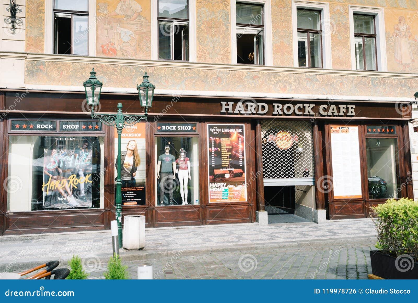 Витрины магазина Hard Rock Cafe в Праге
