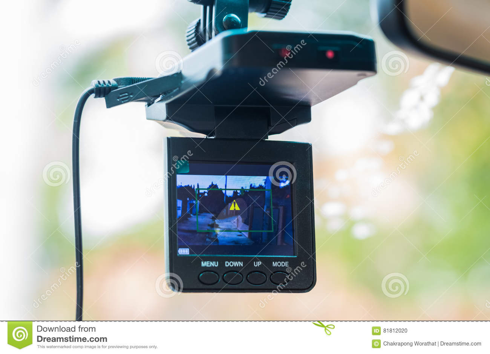 Видеозаписывающее устройство автомобиля установленное на зеркало заднего вида
