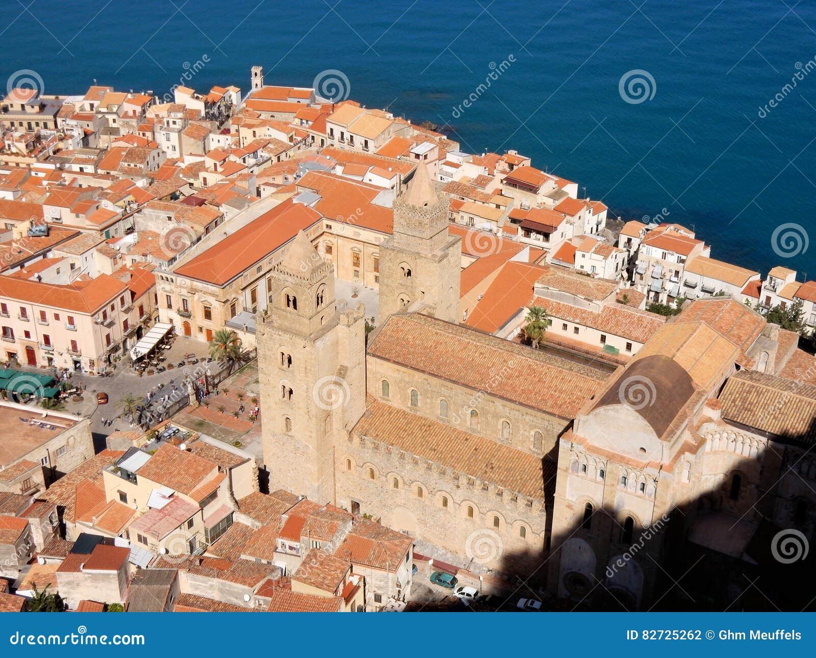 Вид на город Cefalu выше с Собор-базиликой, Сицилией