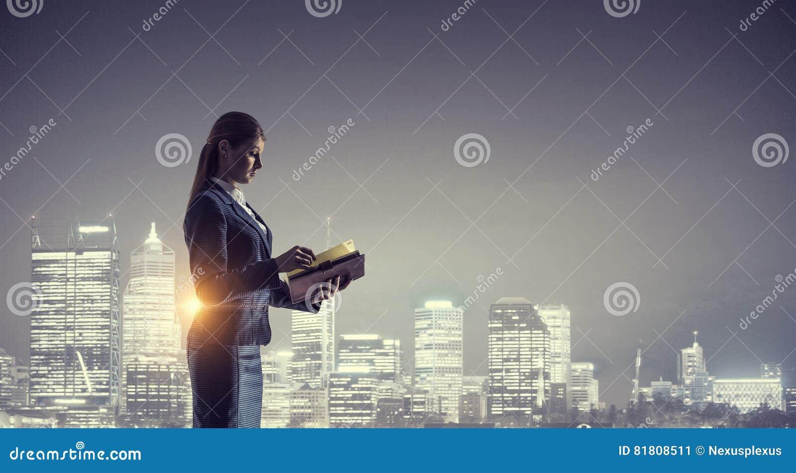 Вид сзади коммерсантки смотря город ночи Мультимедиа