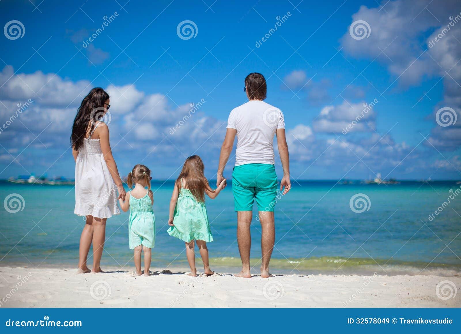 Фото счастливых семей с детьми со спины