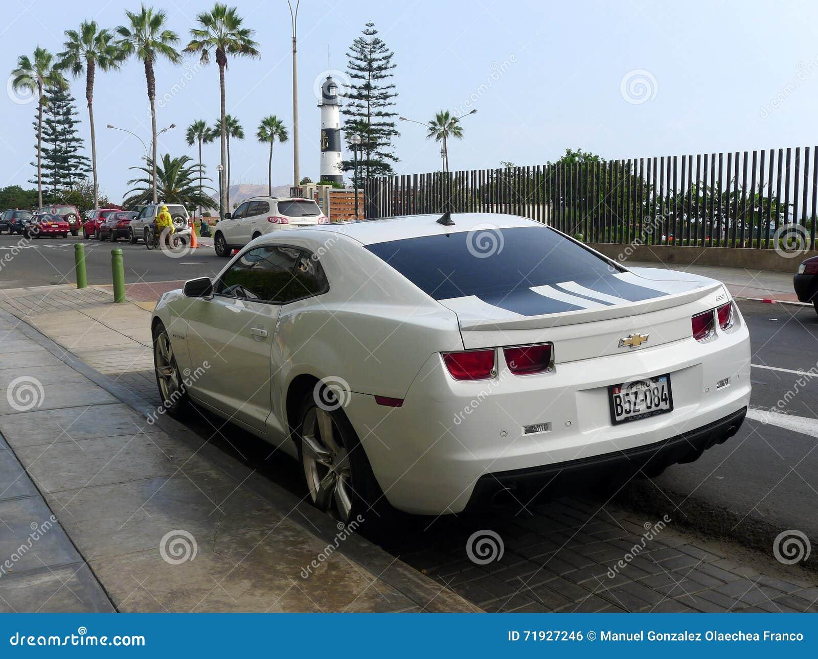 Вид сзади цвета Chevrolet Camaro SS белизны