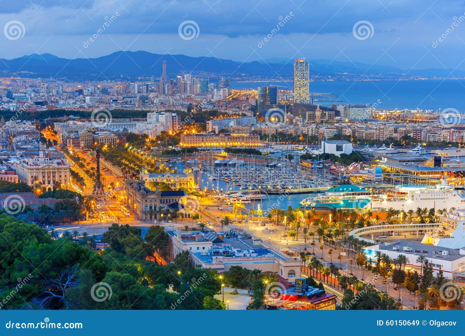 Вид с воздуха Барселона на ноче, Каталония, Испания