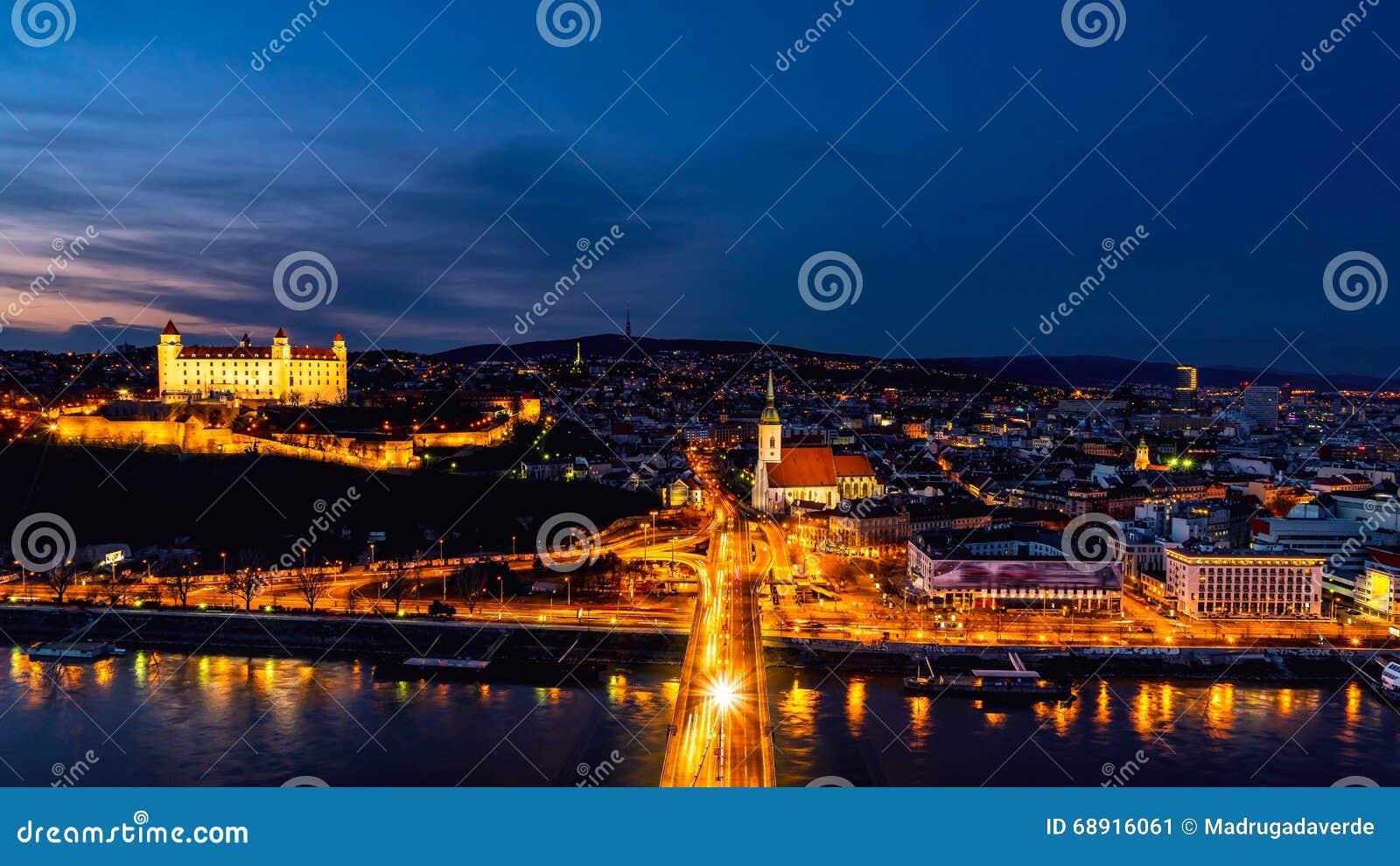 Вид с воздуха Братиславы, Словакии на ноче