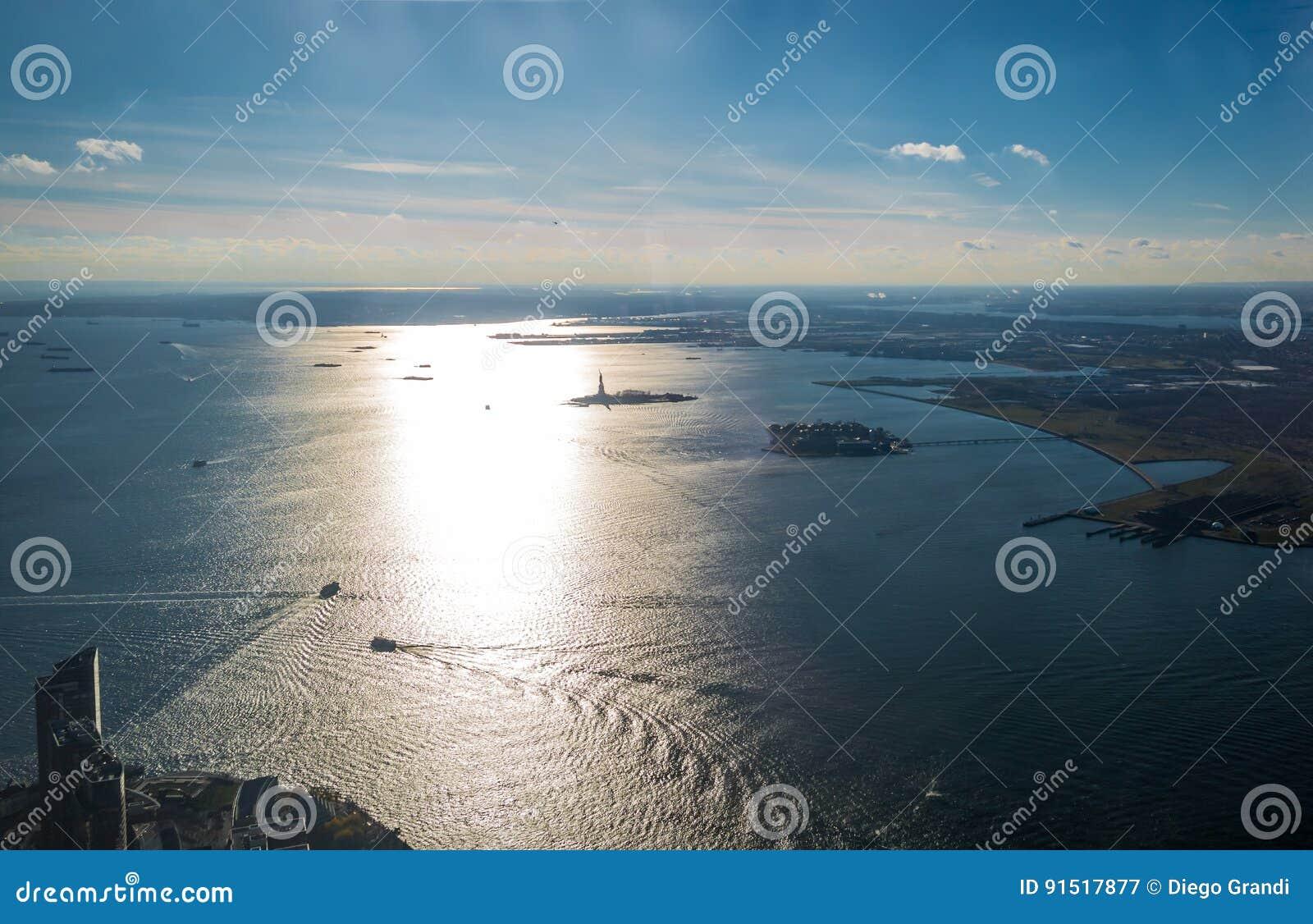 Вид с воздуха верхнего залива Нью-Йорка с островом свободы и статуей свободы - Нью-Йорком, США