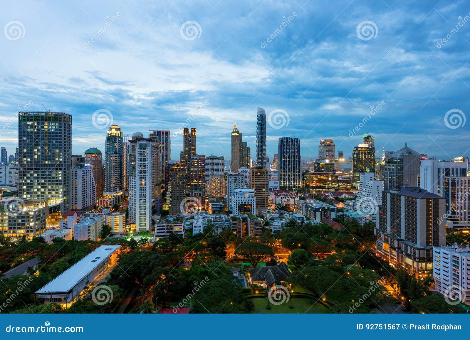 Вид с воздуха горизонта города Бангкока на заходе солнца с небоскребами o