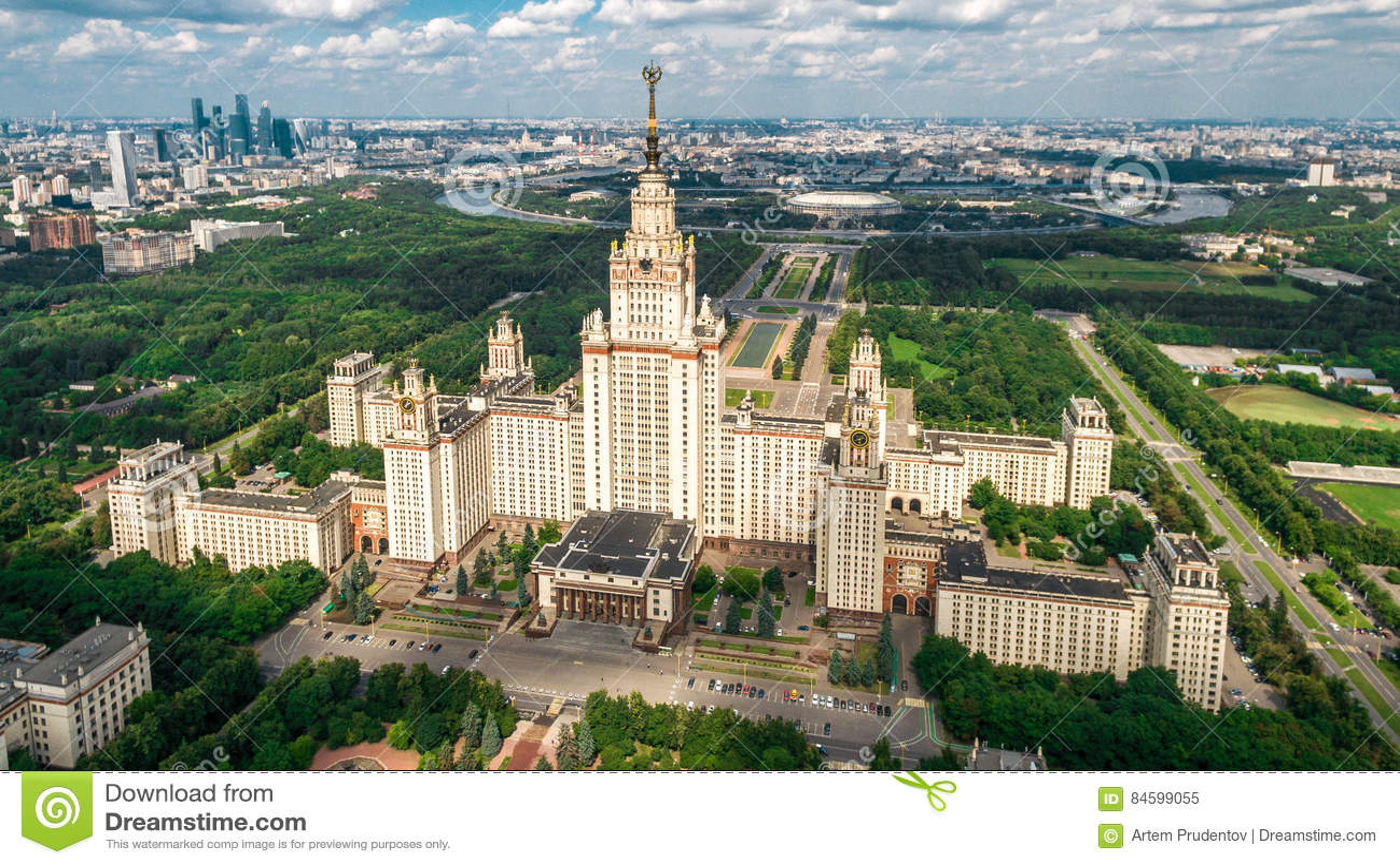 Вид с воздуха государственного университета Lomonosov Москвы