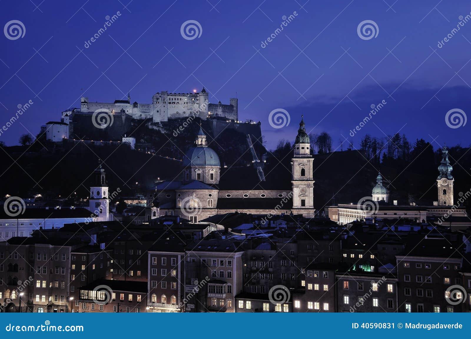 Вид с воздуха Зальцбурга на ноче